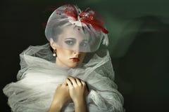 Retrato da mulher no tampão branco. fotos de stock royalty free