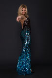 Retrato da mulher no vestido azul com escalas fotos de stock