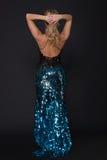 Retrato da mulher no vestido azul com escalas fotografia de stock royalty free