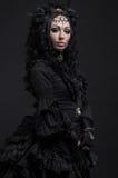 Retrato da mulher no vestido do preto do vintage Foto de Stock
