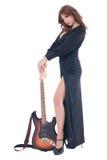 Retrato da mulher no vestido preto com guitarra Fotos de Stock Royalty Free