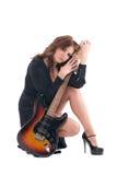 Retrato da mulher no vestido preto com guitarra Foto de Stock