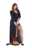 Retrato da mulher no vestido preto com guitarra Fotos de Stock
