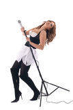 Retrato da mulher no vestido preto com microfone Imagens de Stock Royalty Free