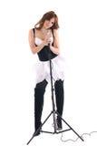 Retrato da mulher no vestido preto com microfone Fotos de Stock Royalty Free