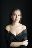 Retrato da mulher no xaile no fundo preto Sorriso imagem de stock