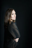 Retrato da mulher no xaile no fundo preto Sorriso fotos de stock royalty free