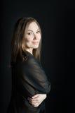 Retrato da mulher no xaile no fundo preto Sorriso foto de stock