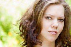 Retrato da mulher nova ao ar livre Imagens de Stock