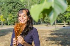 Retrato da mulher nova bonita com flores Menina na natureza Apenas chovido sobre Imagens de Stock Royalty Free