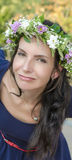 Retrato da mulher nova bonita com flores Menina na natureza Apenas chovido sobre Imagem de Stock Royalty Free