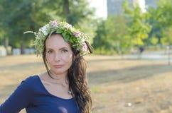 Retrato da mulher nova bonita com flores Menina na natureza Apenas chovido sobre Imagens de Stock