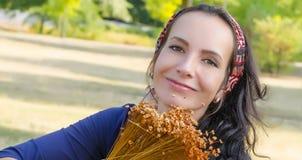 Retrato da mulher nova bonita com flores Menina na natureza Apenas chovido sobre Foto de Stock Royalty Free