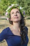Retrato da mulher nova bonita com flores Menina na natureza Apenas chovido sobre Foto de Stock