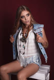 Retrato da mulher nova bonita da hippie no estúdio Fotos de Stock