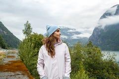 Retrato da mulher nova bonita do viajante Vista cênico de Fjo foto de stock royalty free