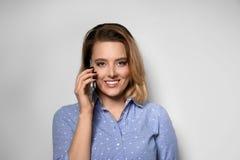 Retrato da mulher nova bonita que fala no telefone fotos de stock royalty free