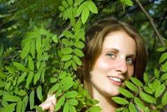 Retrato da mulher nova bonita que olha para cima Foto de Stock Royalty Free