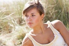 Retrato da mulher nova bonita que relaxa Imagem de Stock