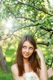Retrato da mulher nova bonita que relaxa fotos de stock