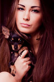 Retrato da mulher nova com cão pequeno Imagens de Stock