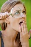 Retrato da mulher nova com lupa Fotografia de Stock