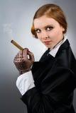 Retrato da mulher nova com um charuto Foto de Stock
