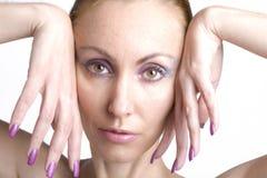 Retrato da mulher nova com uma composição na cor-de-rosa Imagem de Stock