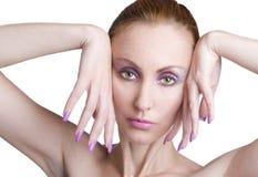 Retrato da mulher nova com uma composição na cor-de-rosa Fotos de Stock Royalty Free