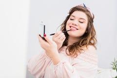 Retrato da mulher nova consideravelmente de sorriso foto de stock