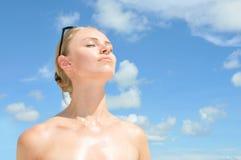 Retrato da mulher nova de encontro ao céu Imagem de Stock Royalty Free