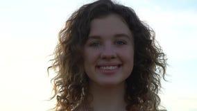 Retrato da mulher nova de sorriso atrativa vídeos de arquivo