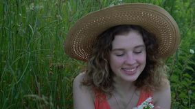 Retrato da mulher nova de sorriso atrativa filme