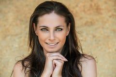 Retrato da mulher nova de sorriso bonita Imagem de Stock Royalty Free