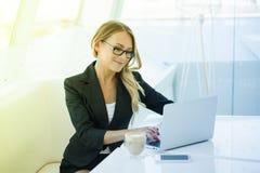 Retrato da mulher nova de sorriso feliz bonita do escritório que trabalha o Imagem de Stock Royalty Free
