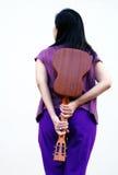 Retrato da mulher nova e da guitarra Fotografia de Stock