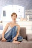 Retrato da mulher nova em casa foto de stock royalty free