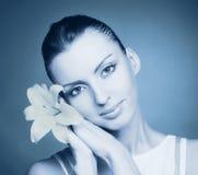 Retrato da mulher nova em tons frios Fotografia de Stock Royalty Free