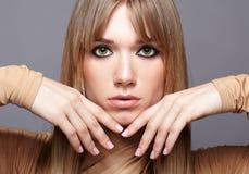 Retrato da mulher nova loura Fêmea com olhos verdes e por muito tempo Fotos de Stock Royalty Free