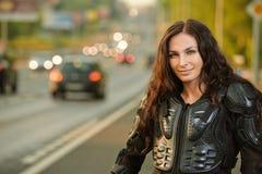Retrato da mulher nova na estrada Fotografia de Stock Royalty Free