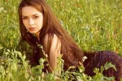 Retrato da mulher nova na natureza Imagem de Stock Royalty Free