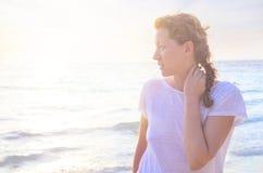 Retrato da mulher nova na praia imagem de stock royalty free