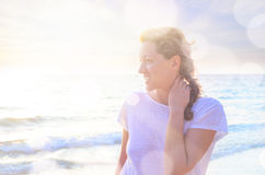 Retrato da mulher nova na praia Fotos de Stock Royalty Free