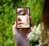Retrato da mulher nova no espelho pequeno foto de stock royalty free