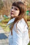Retrato da mulher nova no parque do outono Fotografia de Stock Royalty Free