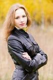 Retrato da mulher nova no preto Imagens de Stock Royalty Free