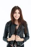 Retrato da mulher nova no revestimento de couro Foto de Stock Royalty Free
