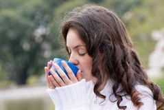Retrato da mulher nova que bebe o chá quente Fotos de Stock Royalty Free