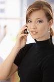 Retrato da mulher nova que fala no móbil imagem de stock