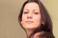 Retrato da mulher: olhar natural Fotografia de Stock Royalty Free